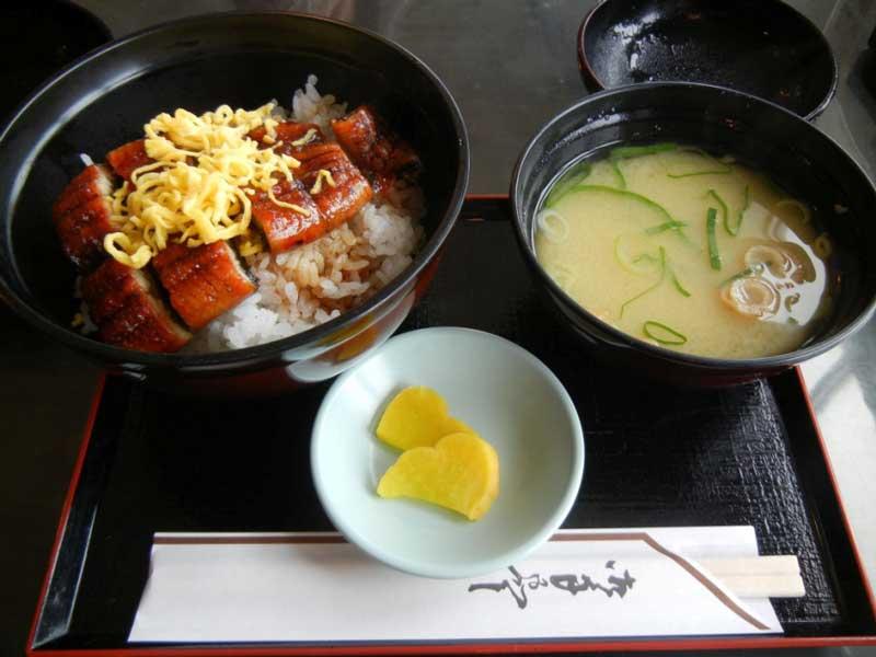 Традиционен обяд (змиорка върху ориз /унаги кабаяки/ и мисо супа) в ресторанта на въжената станция
