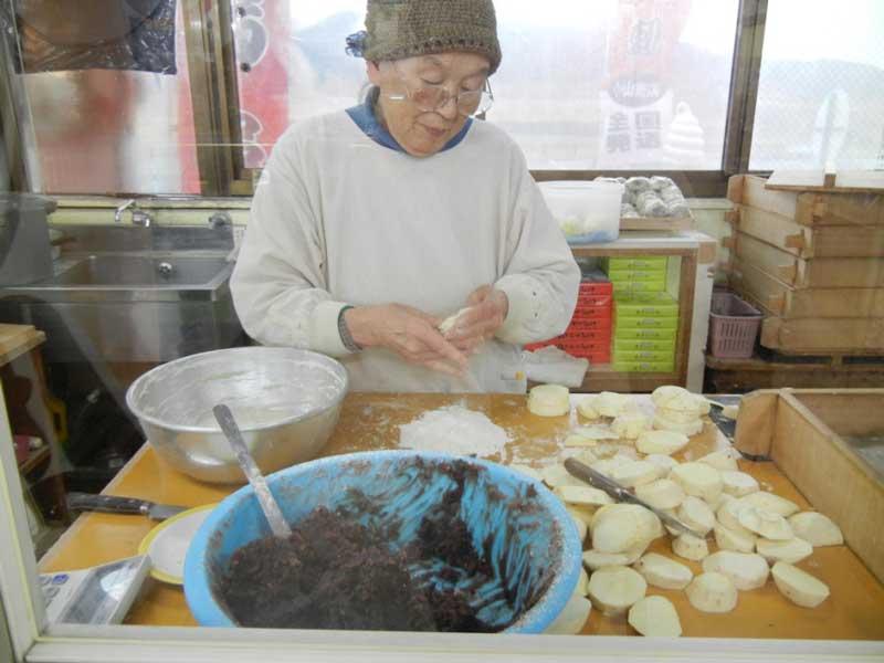 Известните за Кумамото сладкиши (Ikinari dango) се приготвят от оризово тесто, сладки картофи и сладка бобена паста