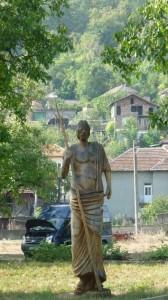 """""""Партизанският"""" паметник в центъра на селото"""