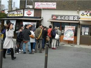 Опашка пред ресторантче, в което се предлага фугу, Шимоносеки, около рибния пазар