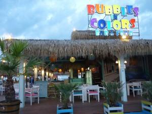 Един от емблематичните плажни барове малко преди часа-пик