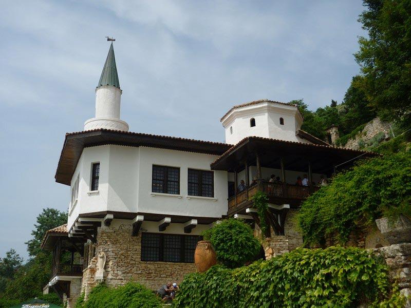"""Тенха Ювах, """"Тихото гнездо"""" днес е отворено за посетители. Стиловата архитектурна еклектика добре отразява светоусещането на кралица Мария"""