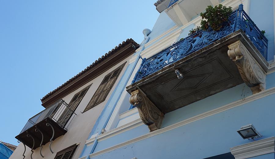 Ако вдигнете очи, ще видите цветя, или разкошни балкони