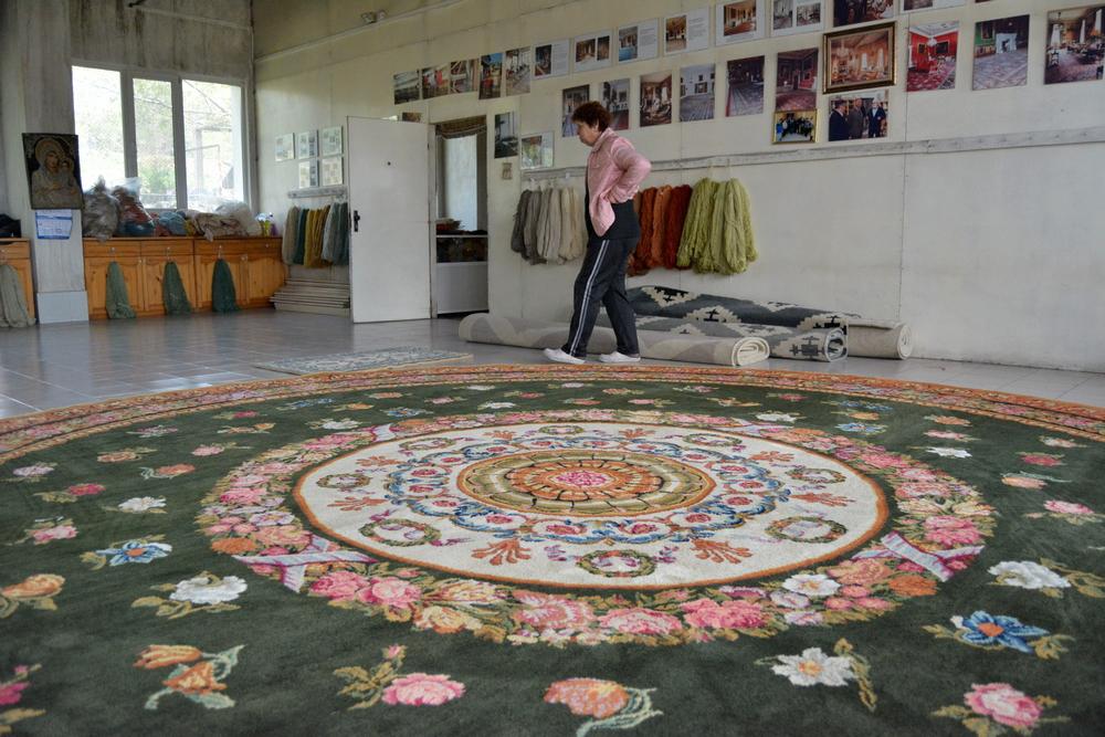 Надя Парпулова и един от килимите